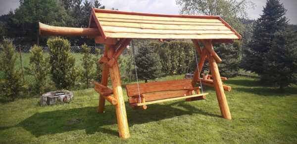 meble ogrodowe drewniane, huśtawki z bali, drewniane place zabaw, huśtawka z bali, huśtawka z dachem, huśtawka dla dziecka 03